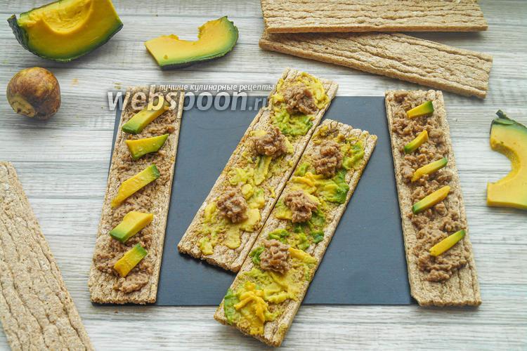 Фото Полезные бутерброды с консервированным тунцом и авокадо