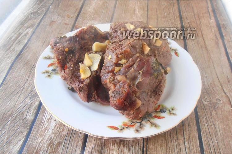 Фото Нежная говядина с чесноком и кинзой в духовке