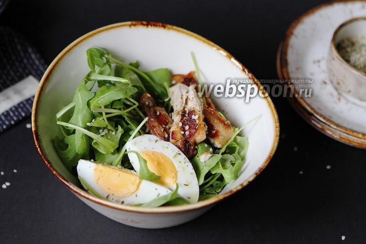 Фото Лёгкий салат с яйцом, курицей и рукколой