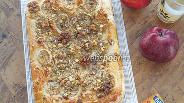 Фото рецепта Пирог из дрожжевого теста с бананами, грецкими орехами и ванилью