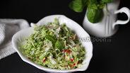 Фото рецепта Лёгкий салат из зелёной капусты с редисом