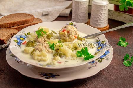 Фото рецепта Сливочно-сырный суп с фрикадельками и цветной капустой