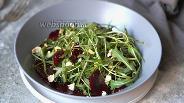 Фото рецепта Салат из свёклы с рукколой с орешками