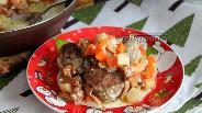 Фото рецепта Говяжьи фрикадельки в овощном соусе с лисичками и сметаной