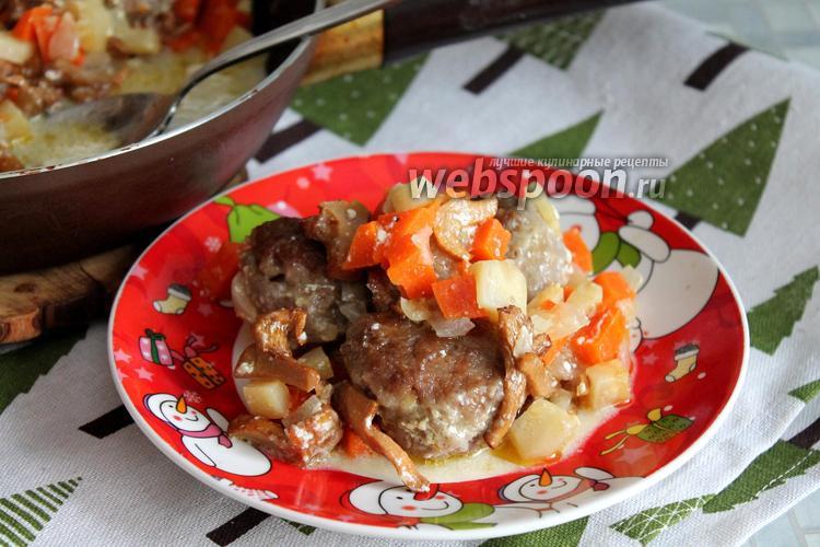 Фото Говяжьи фрикадельки в овощном соусе с лисичками и сметаной