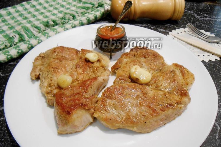 Фото Свиной стейк на сливочном масле с розмарином и чесноком