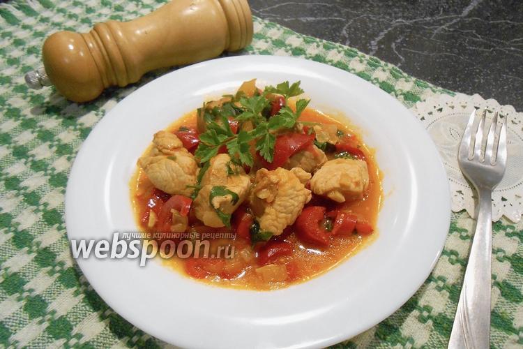 Фото Тушёное филе индейки в соусе на сковороде