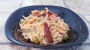 Фото рецепта Рисовая лапша с консервированным тунцом и оливками