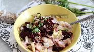 Фото рецепта Салат со свёклой, морской капустой и яичным блинчиком