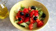 Фото рецепта Салат со сладким перцем, сельдереем и маслинами