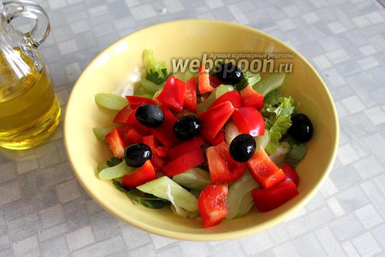 Фото Салат со сладким перцем, сельдереем и маслинами