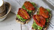 Фото рецепта Канапе с вялеными томатами и песто