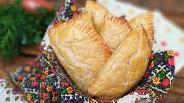 Фото рецепта Пирожки с курицей и картофелем из быстрого слоёного теста