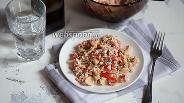 Фото рецепта Салат с курицей, маринованными грибами и помидорами
