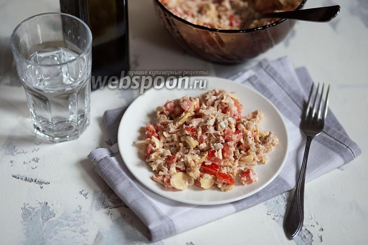 Фото Салат с курицей, маринованными грибами и помидорами