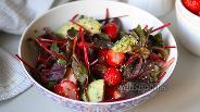 Фото рецепта Салат с мангольдом и клубникой
