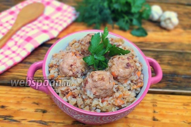 Фото Гречка с фрикадельками на сковороде