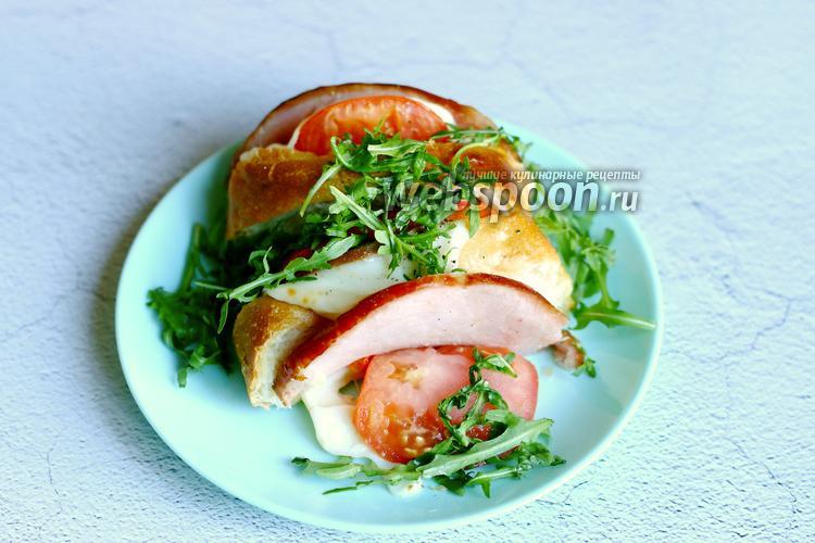 Фото Хлеб с сыром, овощами и ветчиной
