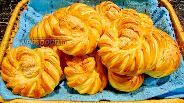 Фото рецепта Булочки-улитки на майонезе с вишней