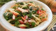 Фото рецепта Салат с крапивой, редисом и капустой