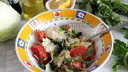 Фото рецепта Зелёный салат с помидором и соево-горчичной заправкой