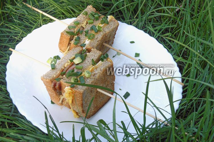 Фото Сэндвич с яйцом и грудинкой на сковороде