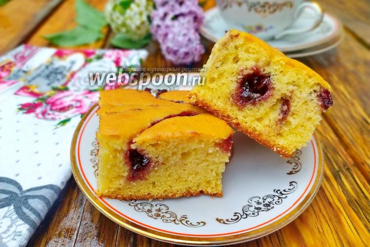 Фото Бисквитный пирог с вареньем
