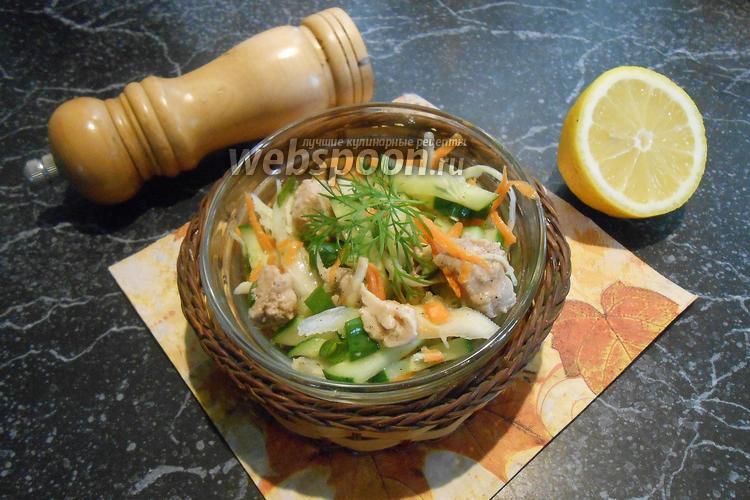 Фото Салат из капусты с печенью трески и лимоном