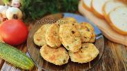 Фото рецепта Котлеты из отварного куриного филе с зеленью и сыром