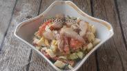 Фото рецепта Овощной салат с грудинкой и чесночными стрелками