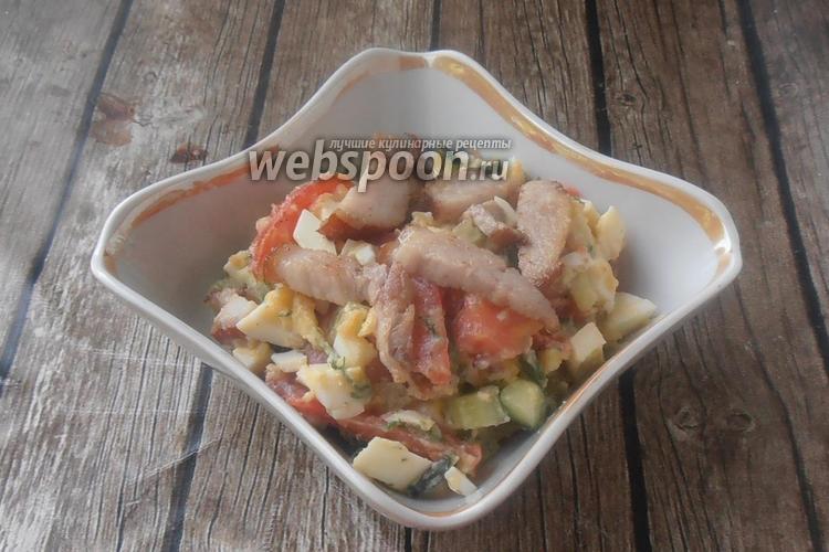 Фото Овощной салат с грудинкой и чесночными стрелками