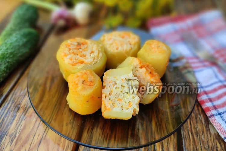Фото Фаршированные бочонки из кабачков с рисом и кетчупом на сковороде