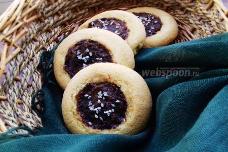 Фото рецепта Печенье с черносливом и кунжутом
