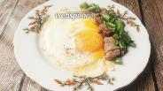 Фото рецепта Яичница с копчёной свининой и зелёной фасолью