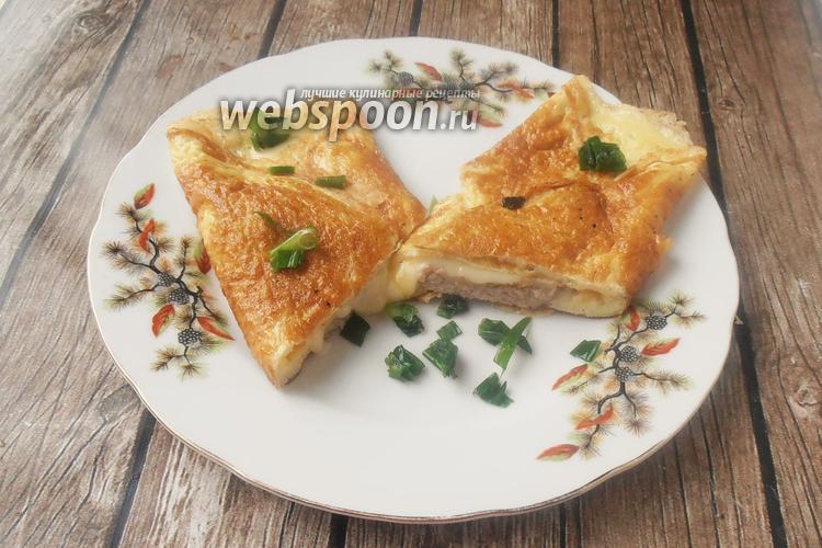 Фото Яичный конверт с беконом, сыром и зелёным луком
