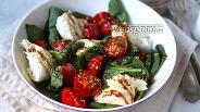 Фото рецепта Салат с помидорами, моцареллой и шпинатом