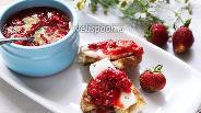 Фото рецепта Тосты из чиабатты с клубникой и фетаксой