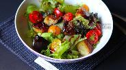 Фото рецепта Салат с жареным баклажаном и салатной смесью