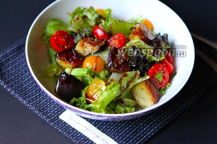 Фото Салат с жареным баклажаном и салатной смесью