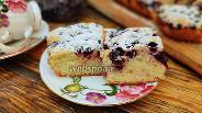 Фото рецепта Бисквитный пирог с чёрной смородиной