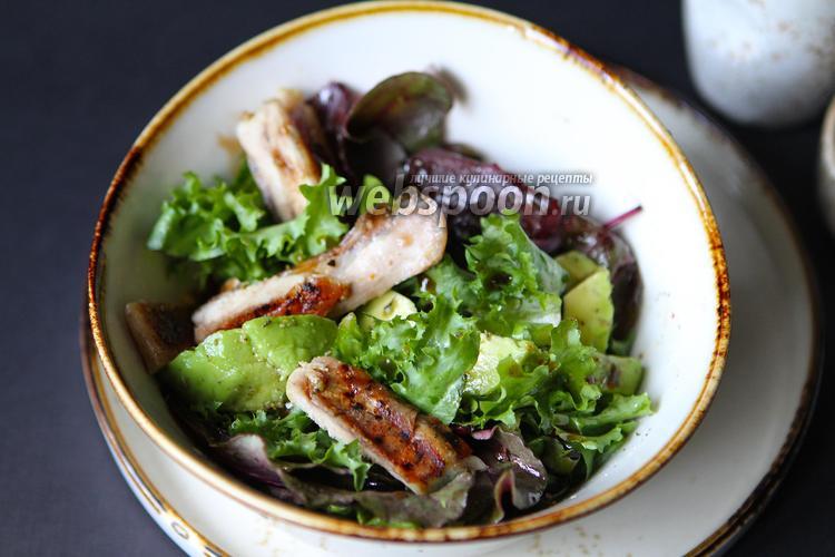 Фото Средиземноморский куриный салат на гриле с лимоном и авокадо