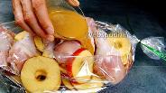 Фото рецепта Курица с яблоками в рукаве. Видео