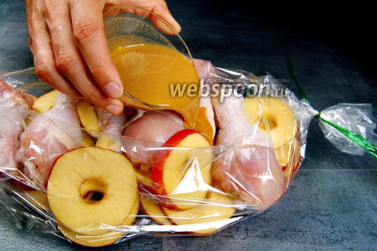 Фото Курица с яблоками в рукаве. Видео