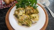 Фото рецепта Хек с зелёным горошком, тушёный в омлете