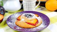 Фото рецепта Булочки «Цветочки» со сливами и джемом. Видео