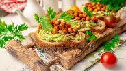 Фото рецепта Бутерброды с авокадо и запечённым нутом