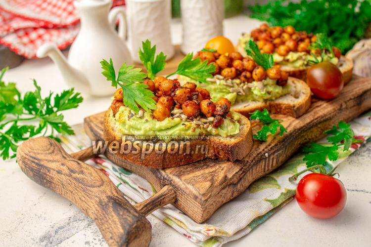 Фото Бутерброды с авокадо и запечённым нутом