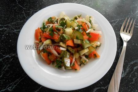 Пикантный салат из малосольных огурцов с чесноком