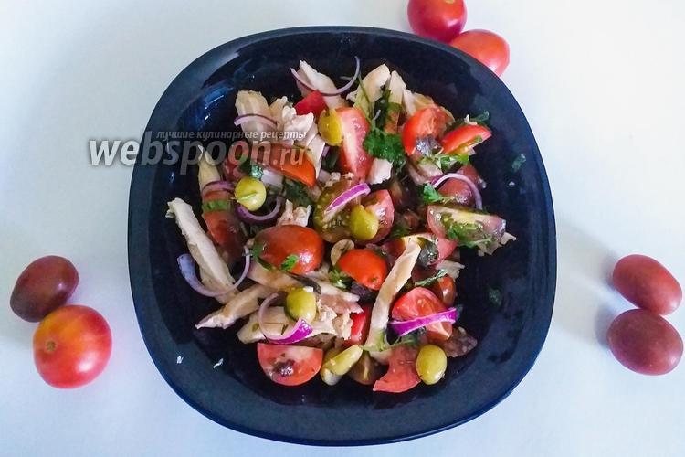Фото Салат из помидоров с курицей и оливками