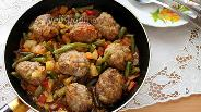 Фото рецепта Говяжьи фрикадельки с овощами в томате на сковороде